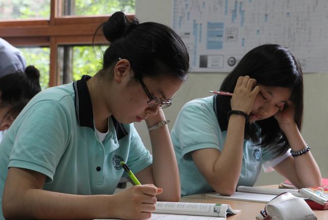 수능 100일을 앞둔 지난 2010년 8월10일 서울 계성여고 3학년 학생들이 보충 수업을 받고 있다. 신소영 기자 viator@hani.co.kr