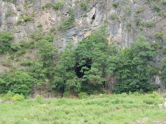 정선 매둔 동굴의 바깥 모습. 석회암 동굴로 절벽 아래 굴 구멍이 뚫려있다.