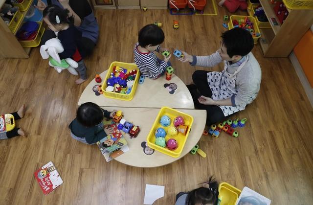 한겨레 기자가 지난 3월 오전 서울 용산구 어린이집에서 보육교사 일일체험을 하고 있다. 박종식 기자 anaki@hani.co.kr
