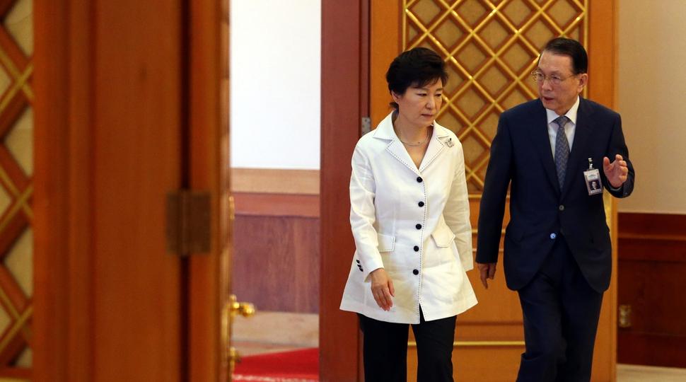 박근혜 전 대통령이 2014년 7월18일 청와대에서 신임 장관 임명장 수여식을 하기 위해 김기춘 비서실장과 함께 수여식장으로 입장하고 있다. 이정용 기자 lee312@hani.co.kr