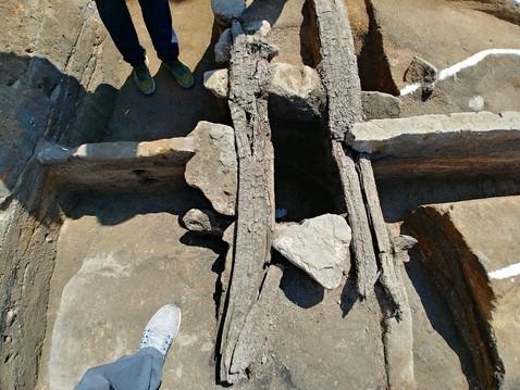 주방창고 혹은 화장실 추정 구덩이유적을 가까이서 본 모습. 발판처럼 보이는 길쭉한 나무 조각 2개가 수혈 위를 가로지르고 있다. 모양새로만 보면 전형적인 재래식 변소 같은 인상을 준다.