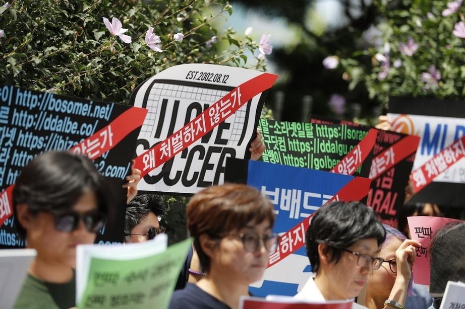 여성단체 회원들이 지난 10일 서울 서대문구 경찰청 앞에서 경찰이 인터넷 커뮤니티 '워마드' 운영자 검거에 나선 것과 관련해 편파수사를 규탄하는 긴급 기자회견을 열고 있다. 이정아 기자 lee@hani.co.kr