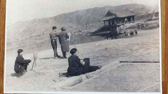 복원 전인 1940년대 찍은 경주 월지 동궁터의 석조수로 모습. 경주예술학교 학생들의 야외 실기 현장 담은 모습으로 당시 화가 최용대씨의 소장품이다.
