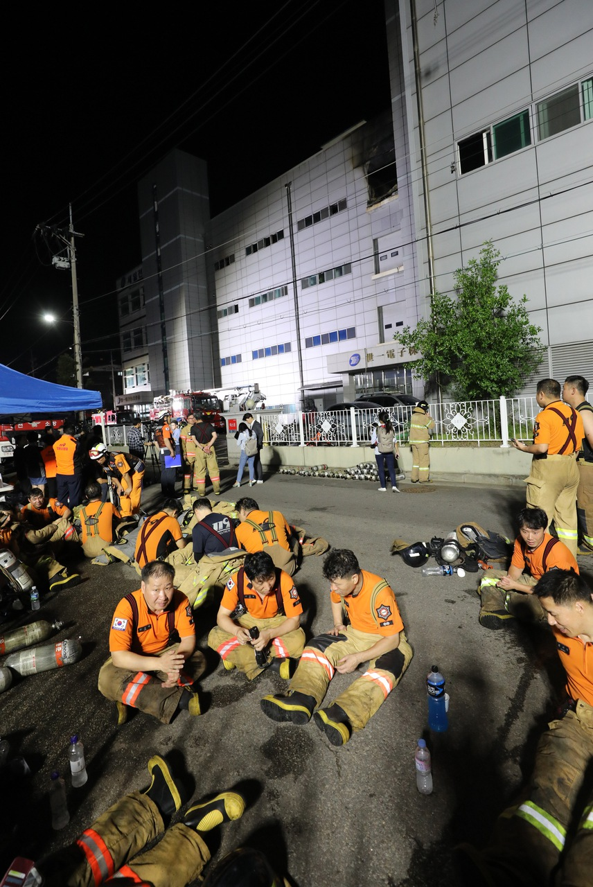 21일 밤 화재가 난 인천 남동구 세일전자 제조공장에서 소방관들이 휴식을 하고 있다. 이날 화재는 오후 3시43분께 건물 4층에서 발생했다. 인천/연합뉴스