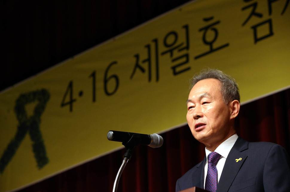 Lee Seok-tae 4.16 The special inquiry committee, chairman of the special inquiry committee on 20 September, greeted me at the meeting of the & # 39; 4.16 survey on victims of year-on-year disasters & # 39; at the Kim Bu Memorial Hall at Hyangchang-Dong, Yongsan-gu, Seoul. Kim Bong-gyu, senior reporter bong9@hani.co.kr