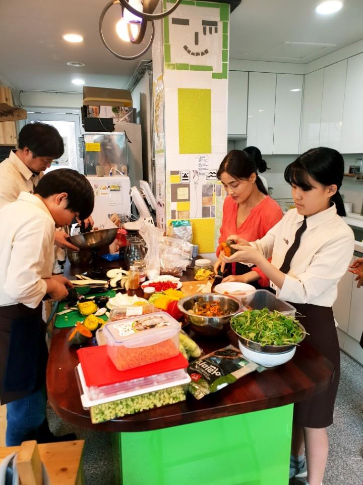 이현주 한국 고기없는월요일 대표(오른쪽 두 번째)가 채식에 관심 많은 중학생들과 함께 직접 채식 요리를 하며 먹거리 교육을 하고 있다. 이현주 대표 제공.