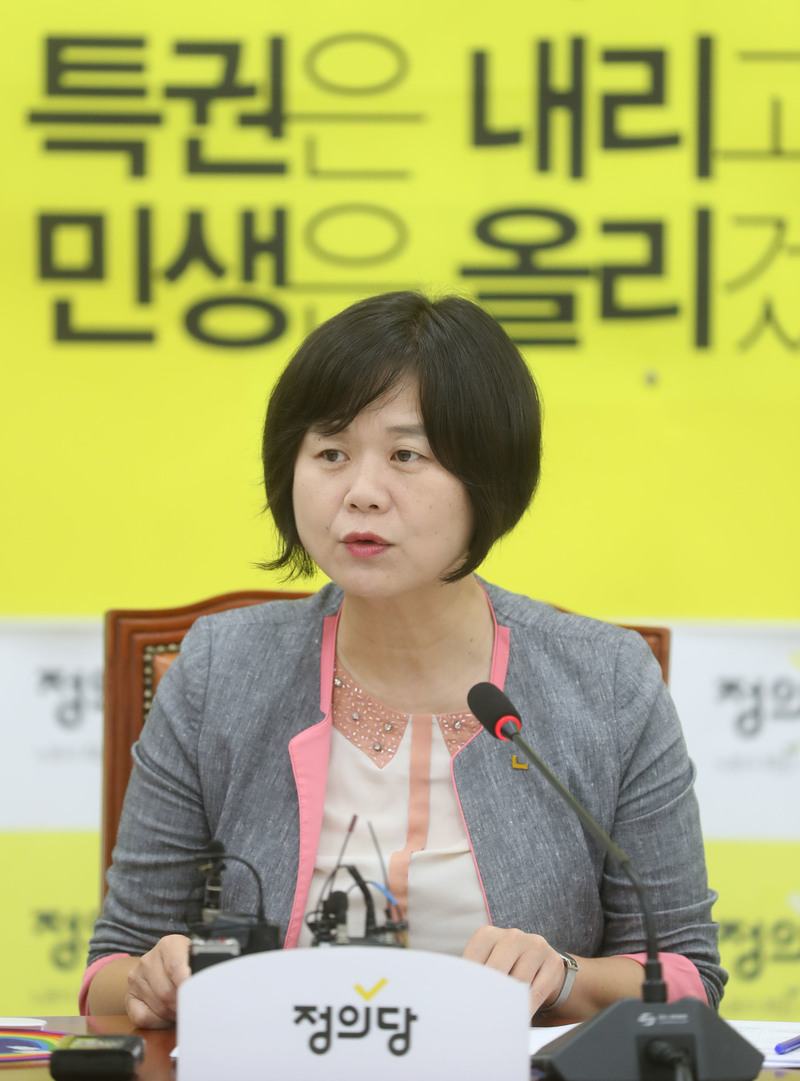 Lee Jung-mi, a member of the Ministry of Justice, is in a press conference during the first anniversary of the inauguration of his party in July. Shin So-young reporter viator@hani.co.kr