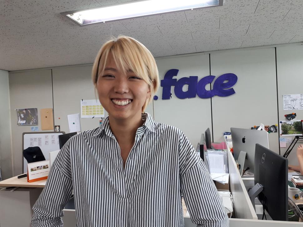 """""""우리에게 새로운 상식이 필요하다""""는 슬로건을 내걸고 2016년 10월 창업한 닷페이스의 조소담 대표가 서울 서대문구 홍은동 닷페이스 사무실에서 활짝 웃고 있다.  이봉현 연구위원"""