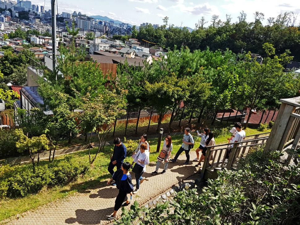 어반플레이가 지난해 기획한 '연희 걷다' 행사에서 참석자들이 마을 이야기를 들으며 함께 걷고 있다.  어반플레이 제공