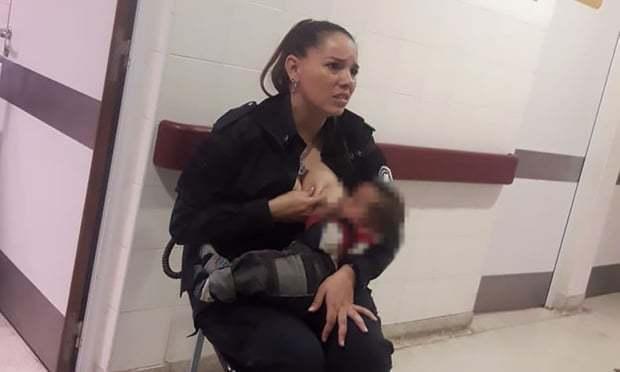지난 14일 아르헨티나 부에노스아이레스 소마리아 루도비차 어린이병원 한쪽에서 영양실조에 걸린 아기에게 모유 수유를 하는 설레스트 아얄라의 모습. <가디언> 누리집 갈무리
