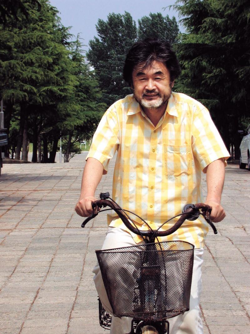 박홍규 명예교수는 자동차 대신 자전거를 타거나 걸어다닌다. 먼 길을 갈 때도 가능하면 무궁화호나 배 등 느린 교통수단을 이용한다. 박 명예교수가 2005년 6월 자전거로 등교하는 모습. <한겨레> 자료사진