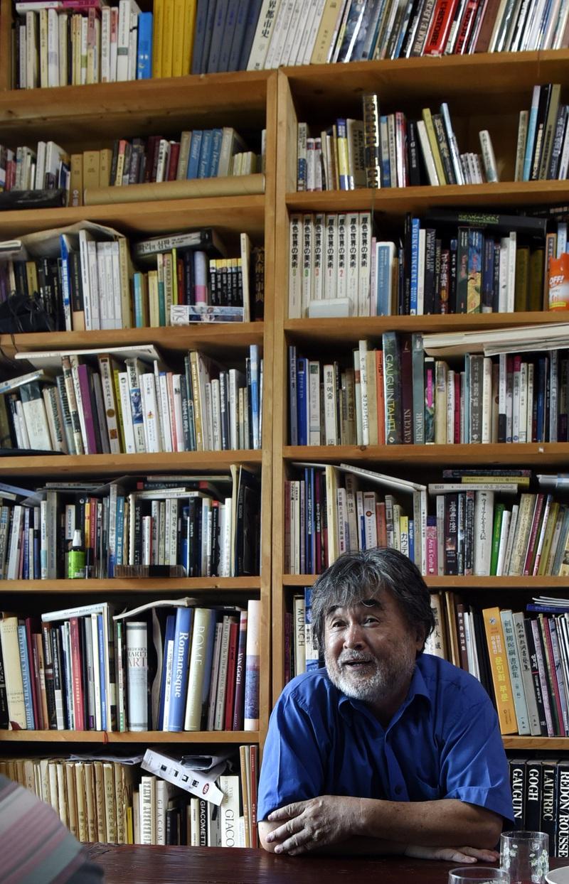 박홍규 명예교수 자택의 거실 양쪽에는 다양한 분야의 책들이 꽂힌 책장이 놓여있다.  경산/강재훈 선임기자 khan@hani.co.kr