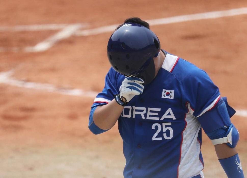 한국의 양의지가 28일 인도네시아 자카르타 글로라 붕카르노(GBK) 야구장에서 열린 홍콩과의 경기에서 3회초 잘 맞은 타구가 좌익수한테 잡힌 뒤 헬멧으로 얼굴을 가리며 안타까워하고 있다. 자카르타/백소아 기자 thanks@hani.co.k