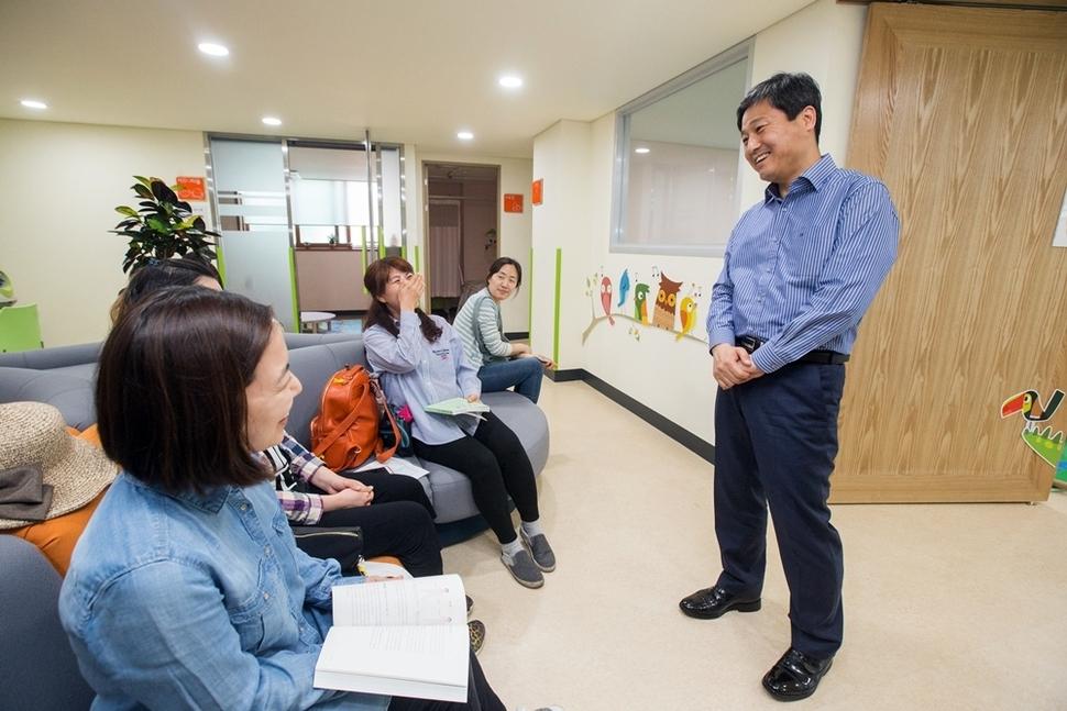 성북구-정릉아동보건지소를 찾은 김영배 성북구청장(당시)과 엄마들. 남은주 기자