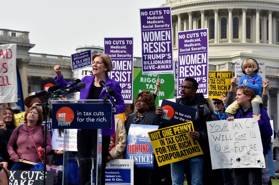 엘리자베스 워런 미국 상원의원이 지난해 11월 공화당의 감세 정책에 반대하기 위해 워싱턴의 의사당 앞에서 열린 집회에서 연설하고 있는 모습. 엘리자베스 워런 상원의원 누리집
