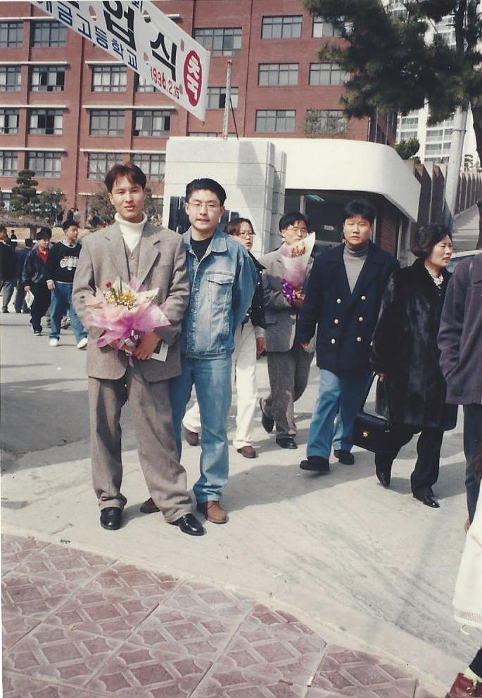 1996년 2월 부산 개금고 졸업식 때 친구와 함께 있는 김해영 의원(왼쪽).  김해영 의원실 제공
