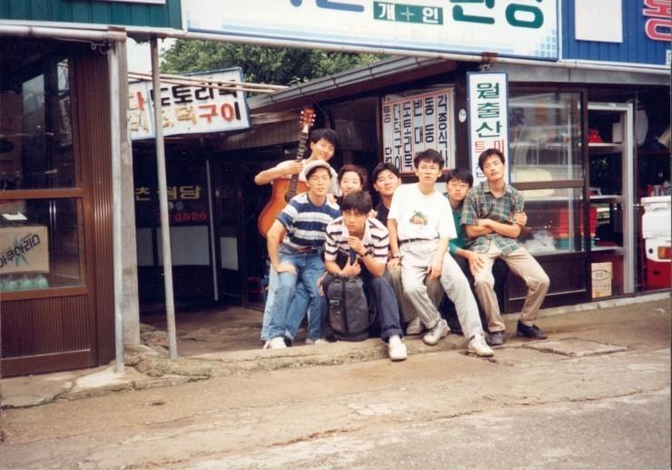 대학 1학년 때인 1993년 동아리 회원들과 함께 월출산으로 엠티를 간 박주민 의원(맨 오른쪽).  박주민 의원실 제공