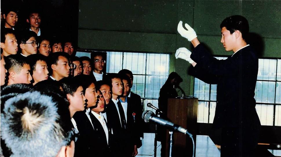 김해영 의원(맨 오른쪽)이 중앙중학교 시절인 1990년 11월 교내 합창대회에서 지휘를 하고 있다.   김해영 의원실 제공