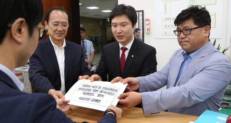 김해영 의원(가운데)이 2016년 8월 16일 자신의 1호 법안인 '장준하 사건 진실규명 관련 특별법'을 장준하 선생 장남 호권(왼쪽)씨 등과 함께 국회 의안과에 제출하고 있다.  이정우 선임기자 woo@hani.co.kr