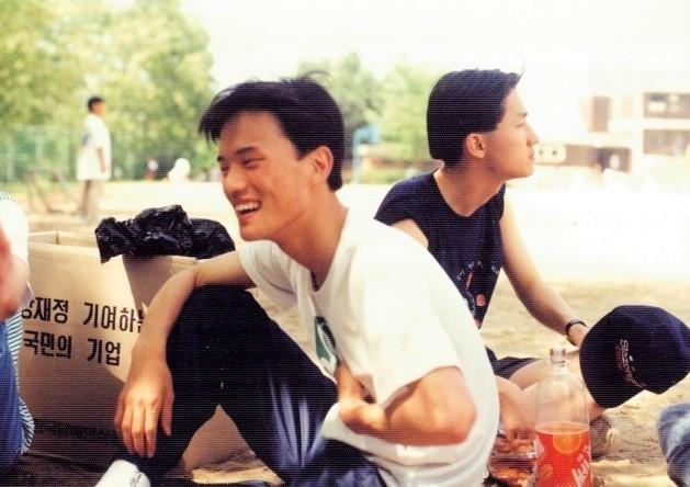 대학 1학년 때 체육대회 도중 휴식을 취하고 있는 박주민 의원(왼쪽).  박주민 의원실 제공