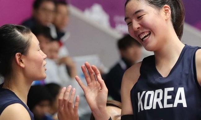 여자농구 단일팀 '로·박 트윈타워' 만리장성 깬다