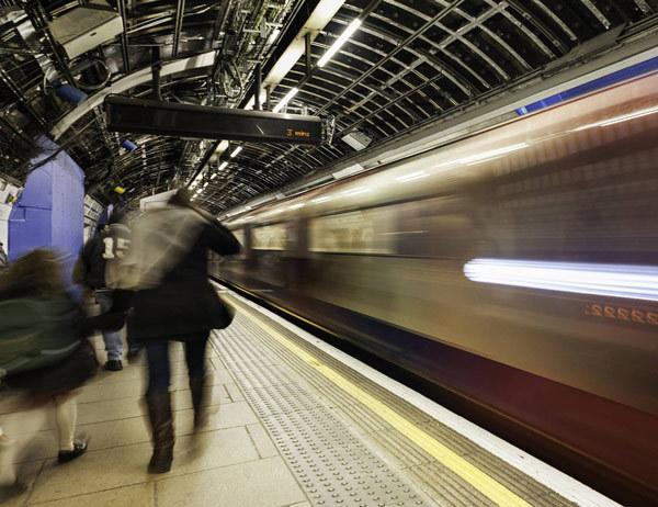 """인공지능으로 스스로 사진설명을 만드는 마이크로소프트의 '캡션봇'은 이 사진에 대해 83%의 정확도로, """"사람들이 기차 역에서 기다리고 있다(people waiting at a train station)""""는 설명을 달았다. 마이크로소프트 제공"""