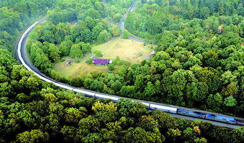 2005년 전수천 작가는 북미대륙을 흰 천을 덮은 열차로 횡단한 <움직이는 선 드로잉>프로젝트를 펼쳤다. 당시 흰 천을 덮은 열차가 드로잉 같은 선을 그리며 움직이는 모습.