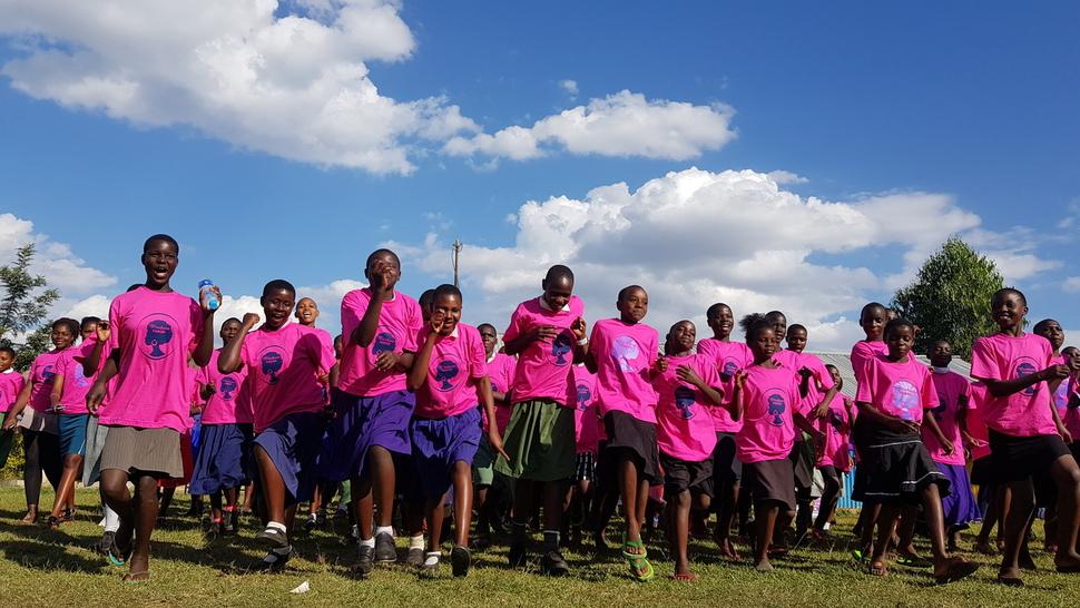 지난달 11일 케냐 미고리주 쿠리아에서 '여성 청소년에게 안전한 공간을'이라는 주제로 열린 '2018 청소년 포럼'에 쿠리아족 여성 청소년 200여명이 참여해 함께 뛰고 있다.
