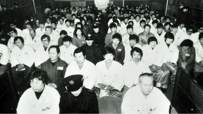 1980년 5월2일 남민전 사건 관련자들이 서울지법에서 재판을 받고 있다. 앞에서 두번째줄 오른쪽 첫번째가 김남주 시인. 전남대 재공