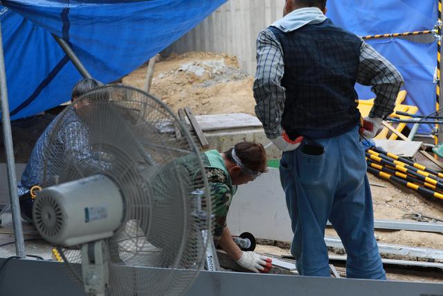 올해 기상관측 사상 최악의 폭염은 기후·에너지 대책을 근본적으로 고민해야 한다는 경고나 다름없었지만, 이는 정치권과 언론의 '전기요금 폭탄론'에 밀려 제대로 논의되지 못했다. 사진은 폭염이 절정에 이른 시기였던 7월31일 서울 서대문구의 한 아파트 건설 현장. 류우종 기자 wjryu@hani.co.kr