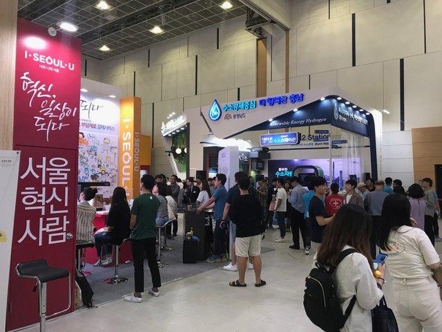 6일 대전컨벤션센터에서 열린 '대한민국 균형발전 박람회'의 참가자들이 광역지자체의 혁신성장 사례 전시를 살펴보고 있다.