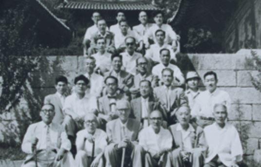 한글학회 창립터(1908년 국어연구회 창립터인 현 서울시 서대문구 봉원사)에서 1959년 7월 19일 기념사진을 찍은 한글학회 회원들. 사진 출처 <국가기록원>