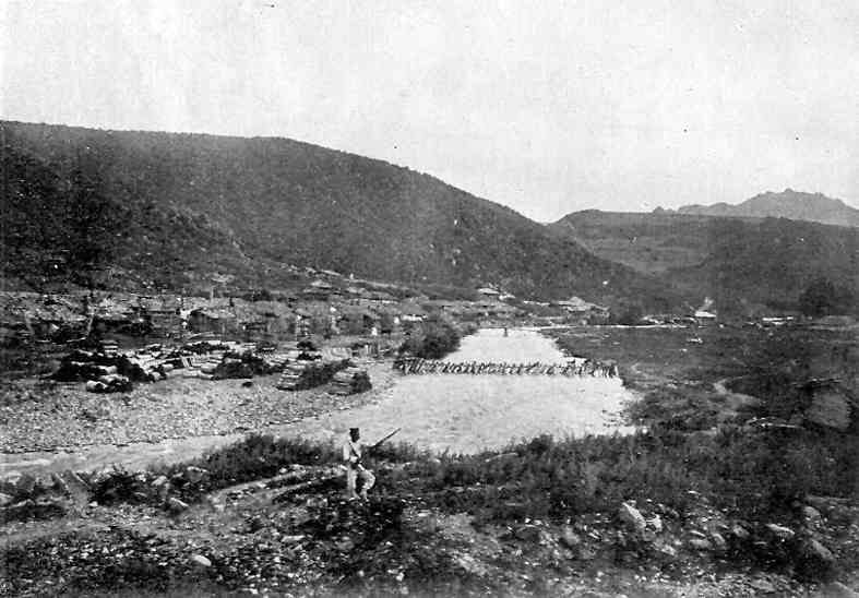 일제강점기 함경남도 국경지역의 전경. 평화로운 산속마을의 모습인데, 한쪽구릉에 난데없이 총을 든 일본병이 버티고 서서 어색하다. <한겨레> 자료 사진.