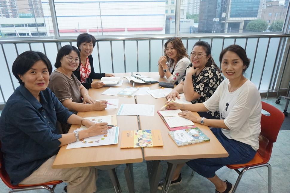 지난 9월3일 인성교육에 관심 있는 학부모스터디 회원들이 모임 도중 사진을 찍고 있다. 오산교육재단 제공