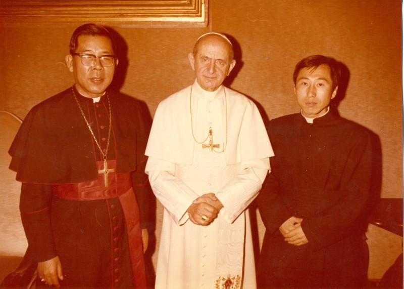 로마에 유학 중이던 1970년 교황 바오로 6세, 김수환 추기경(왼쪽)과 함께 기념사진을 찍고 있다. 함세웅 신부 제공