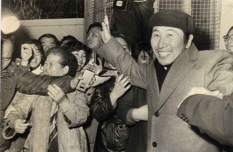 1979년 12월 두번째 옥고를 치르고 서울 서대문구치소를 나오고 있는 함세웅 신부. 함세웅 신부 제공