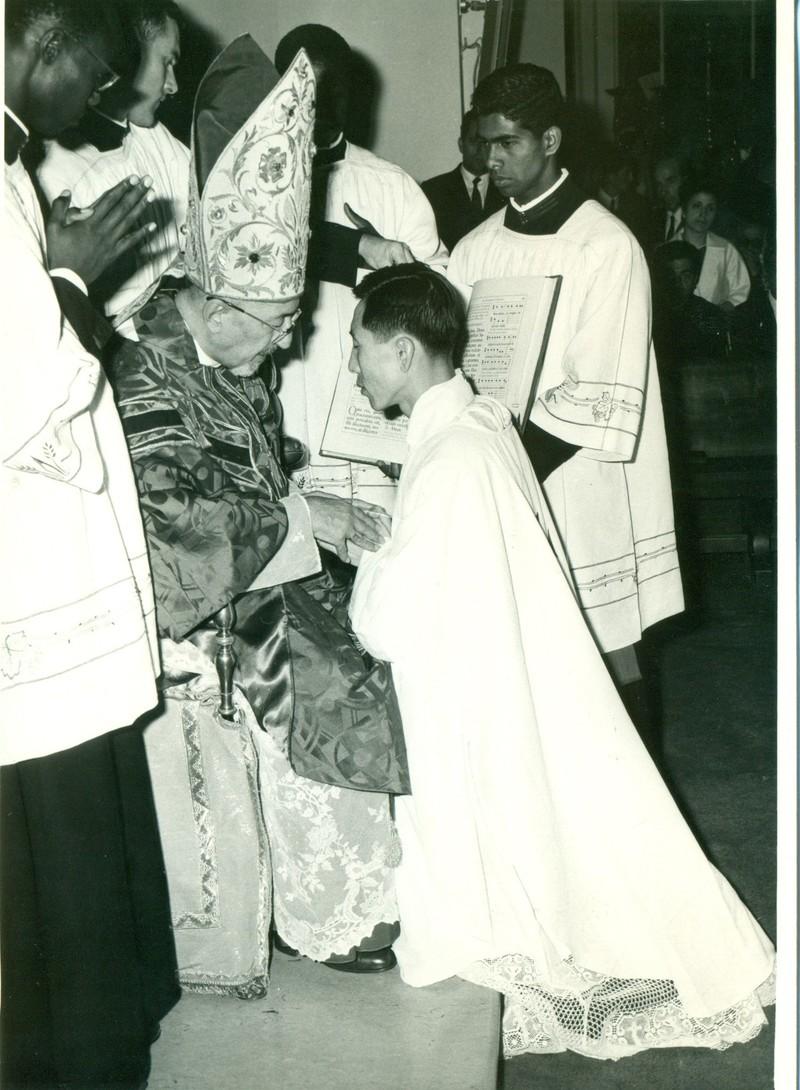 함세웅 신부가 1968년 6월 로마에서 아가지니안 추기경으로부터 사제품을 받고 있다. 함세웅 신부 제공