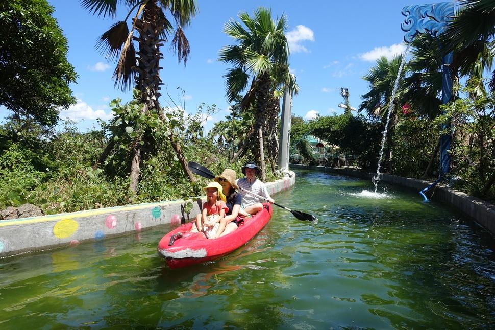 힐링카약파크 '비체올린'의 수로에서 관광객들이 카약 체험을 즐기고 있다.