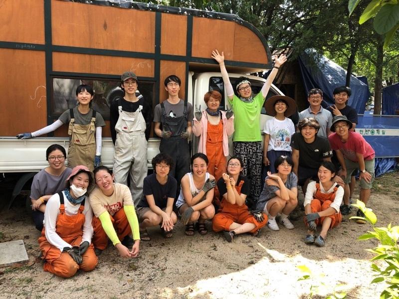 석 달간의 작업 끝에 완성된 캠핑카를 트럭에 올렸다.  김정연씨 제공