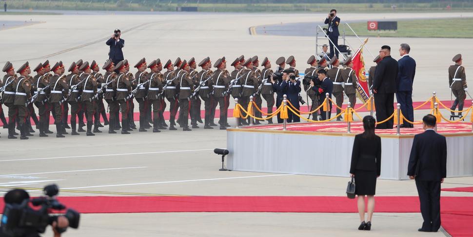 2018 남북정상회담을 위해 18일 오전 평양 순안공항에 도착한 문재인 대통령이 김정은 국무위원장과 함께 의장대를 사열하고 있다. 평양사진공동취재단