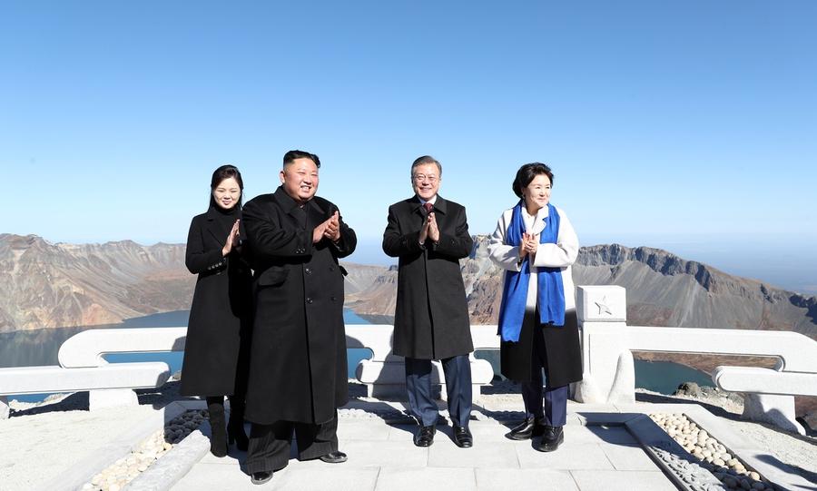 문재인 대통령과 북한 김정은 국무위원장 내외가 20일 오전 백두산 정상인 장군봉에 올라 함께 박수를 치고 있다. 평양사진공동취재단