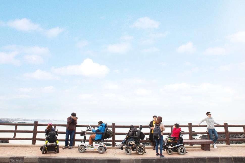 두리함께를 통해 제주 바닷가를 여행 중인 관광객들. 두리함께 제공