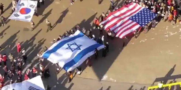 박근혜 탄핵 반대 집회에는 태극기와 성조기, 이스라엘 국기가 나란히 등장했다. 애국(태극기)과 반공(성조기)에 선민(이스라엘기)의 상징이 더해진 것이다. 사진은 2017년 박근혜 탄핵 반대 집회 당시 서울광장에서 열린 구국기도회 한 장면. (유튜브 화면 갈무리)