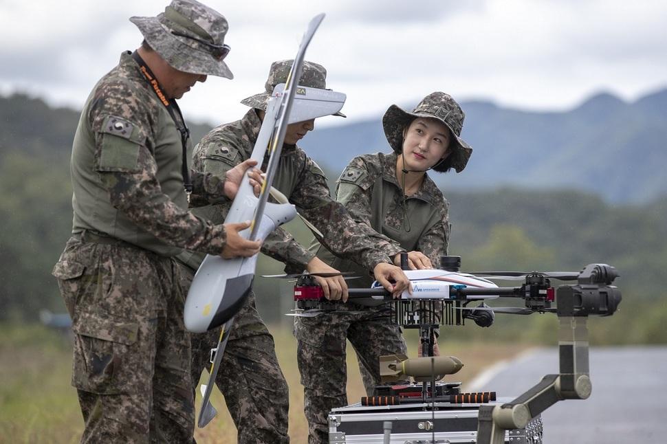드론봇 전투단 장병들이 드론과 로봇 장비들을 살펴보고 있다. 육군 제공