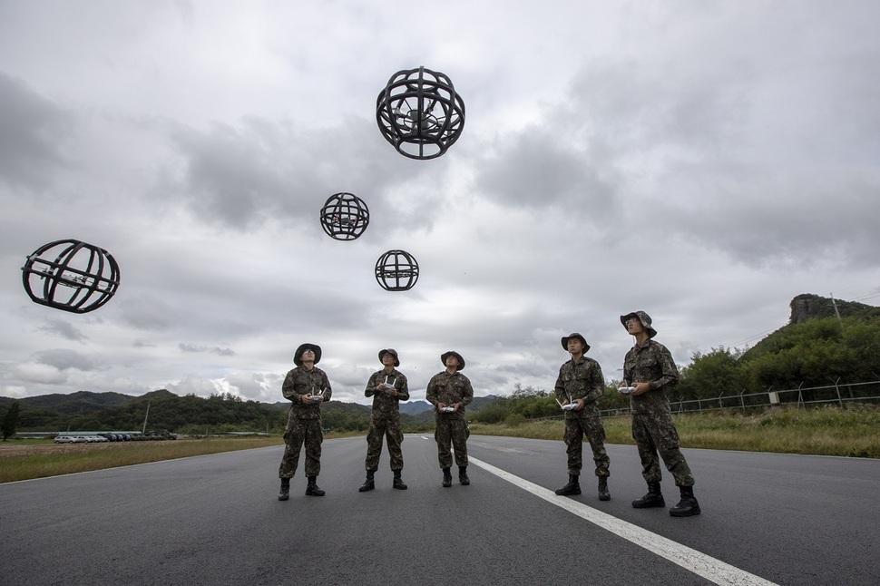 드론봇 전투단 장병들이 드론을 조작하고 있다. 육군 제공