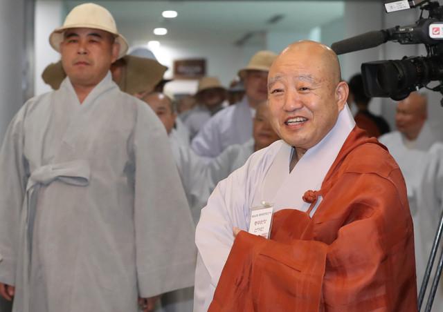 28일 오후 서울 종로구 한국불교역사문화기념관에서 열린 제36대 조계종 총무원장 선거에서 총무원장에 당선된 원행 스님(오른쪽)이 투표를 마친 뒤 다른 스님들과 인사하고 있다. 신소영 기자 viator@hani.co.kr