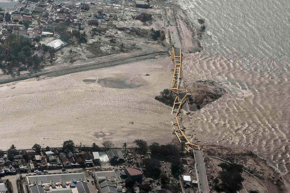 인도네시아 술라웨시 섬의 팔루 시를 28일 저녁 강타한 지진과 쓰나미로 파괴된 다리. 팔루/로이터 연합