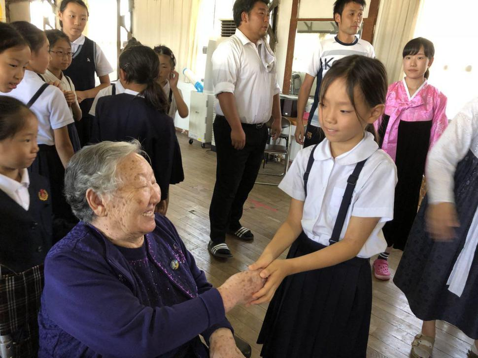 photo former comfort women deliver donation to korean school in