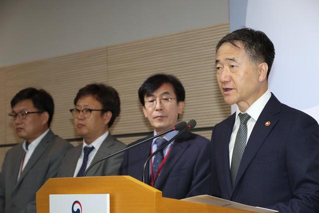 10월 1일 오전 정부세종청사 보건복지부에서 박능후 장관이 공공보건의료 발전 종합대책을 발표하고 있다. 연합뉴스
