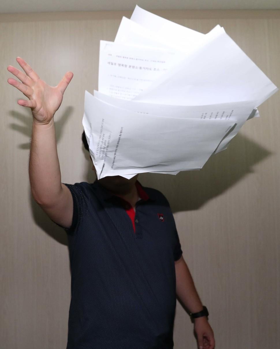 우파 개신교 단체인 '에스더기도운동'에서 활동가로 일했던 청년이 자신이 퍼 나르던 가짜뉴스를 허공에 던지고 있다. 백소아 기자 thanks@hani.co.kr